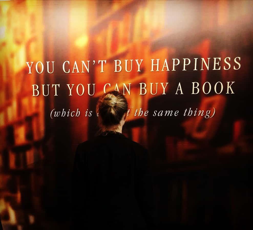 Bücher sind Türen in andere Welten – wir gehen hindurch und versinken darin. Zumindest für ein paar wunderbare Lesestunden.
